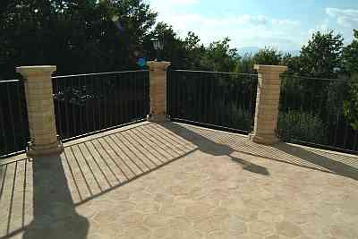 fotografia di un pavimento per esterno con colonne in cotto realizzate da una fornace di castel Viscardo.