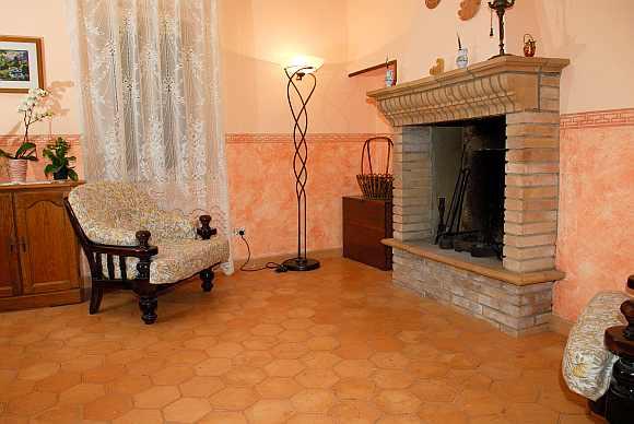 foto camino in cotto realizzato con mattoni e barbacani