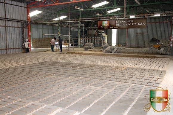 foto della produzione dei mattoni fatti a mano