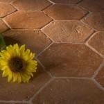 Fotografia di un pavimento con mattonelle esagonali in cotto fatto a mano Antico Restauro